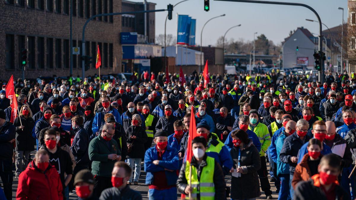 Streikende mit Fahnen der IG-Metall in Schweinfurt