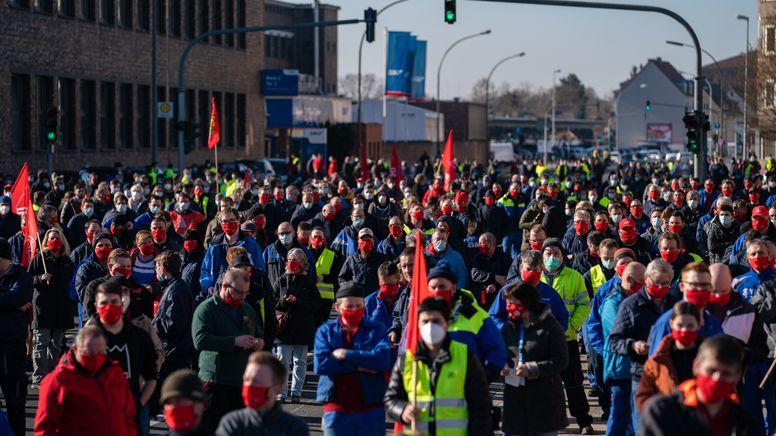 Streikende mit Fahnen der IG-Metall in Schweinfurt | Bild:pa/dpa/Nicolas Armer
