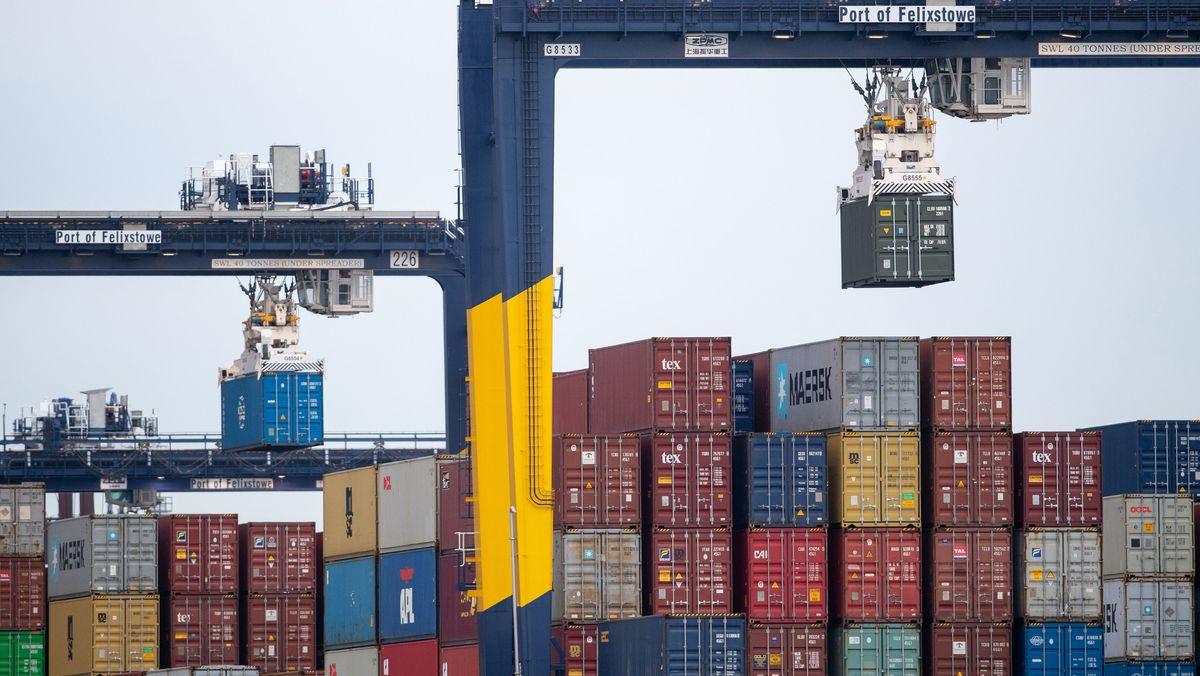 Schiffscontainer werden von einem Frachtschiff in Großbritannien entladen.