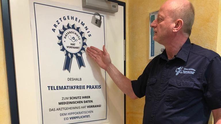 Zahnarzt Roman Bernreiter wirbt mit seiner telematikfreien Praxis