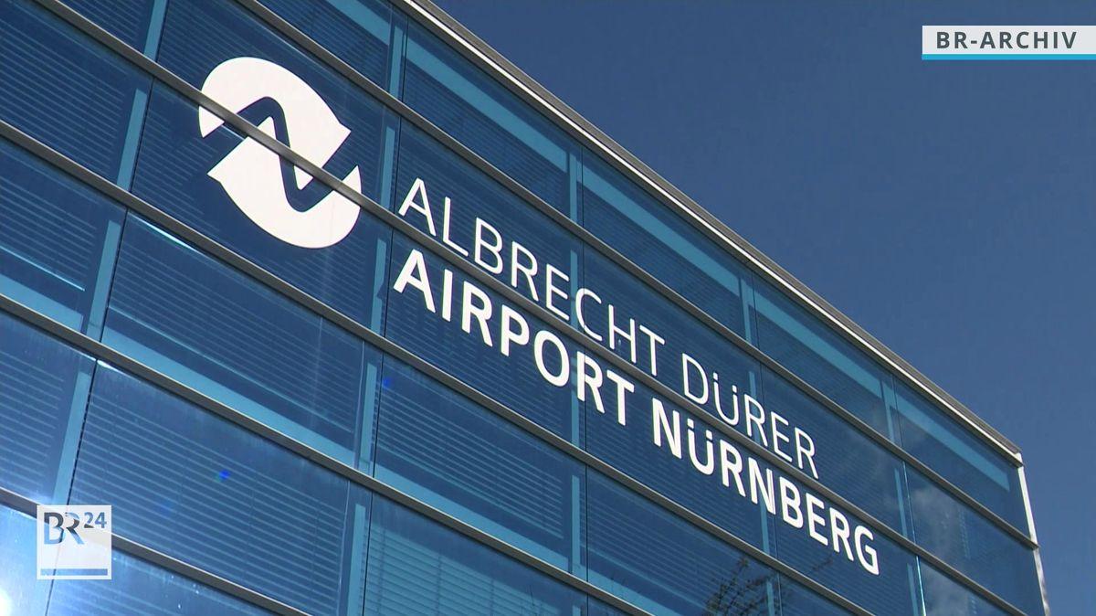 """Die Abflughalle des Nürnberger Flughafens mit der Aufschrift """"Albrecht Dürer Airport Nürnberg""""."""