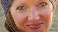Eine junge Frau mit Strickmütze, lächelnd: die US-amerikanische Autorin Maggie Nelson