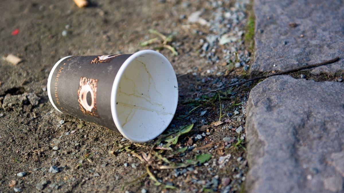 Ein Papp-Kaffeebecher auf der Straße