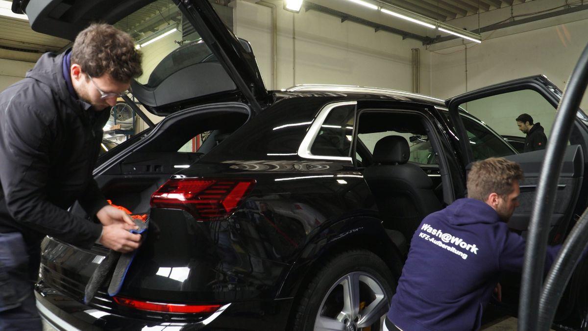 Washatwork: Während ihre Kunden in der Arbeit sind, bringen die Unternehmer deren Auto auf Vordermann und legen auch noch die Einkäufe in den Kofferraum.
