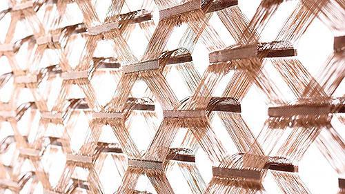 Man sieht eine experimentelle Webform mit Fasern, die aus geschmolzenen Basalt gewonnen wurden.