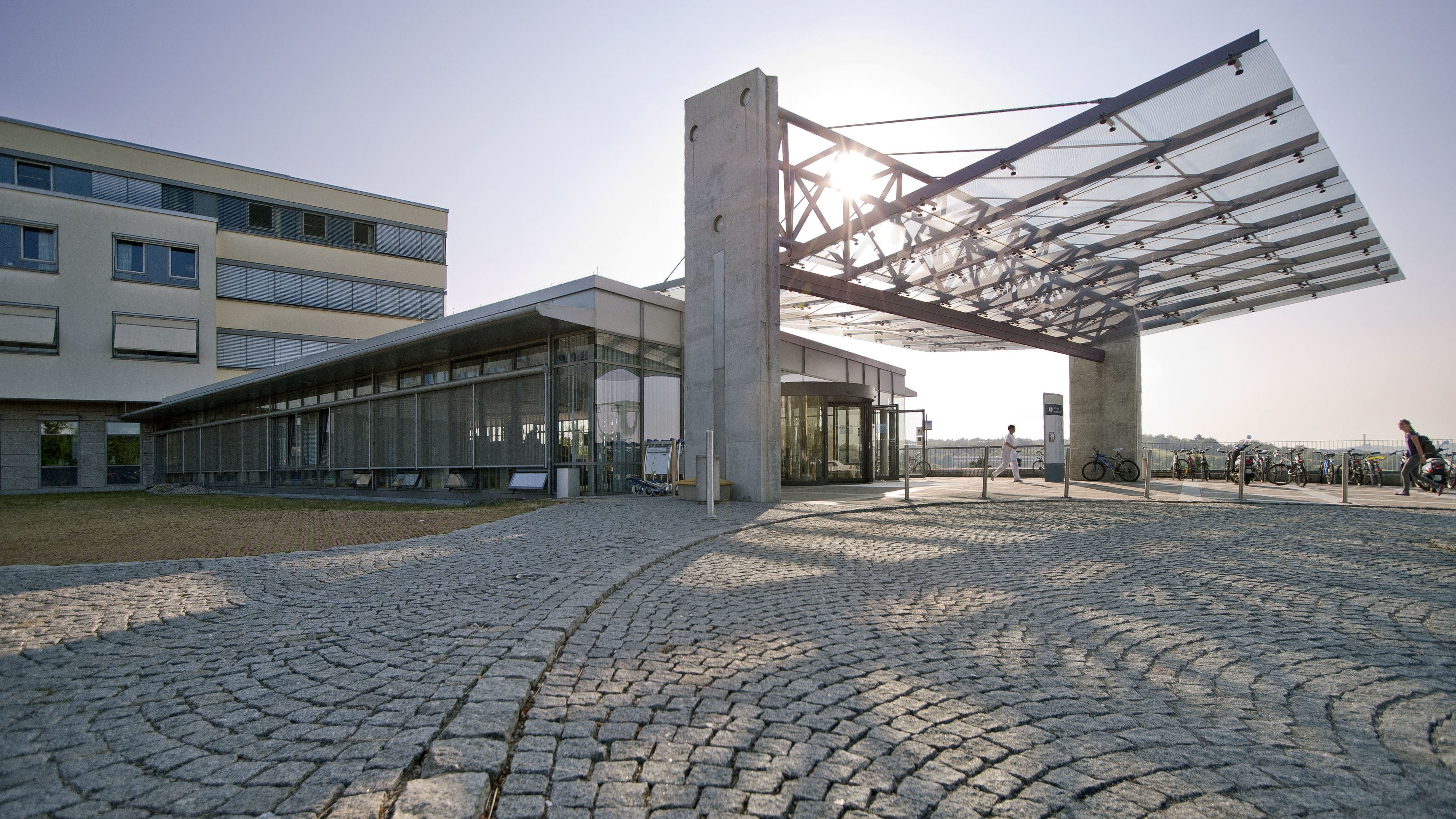 Eingang der Uniklinik in Würzburg