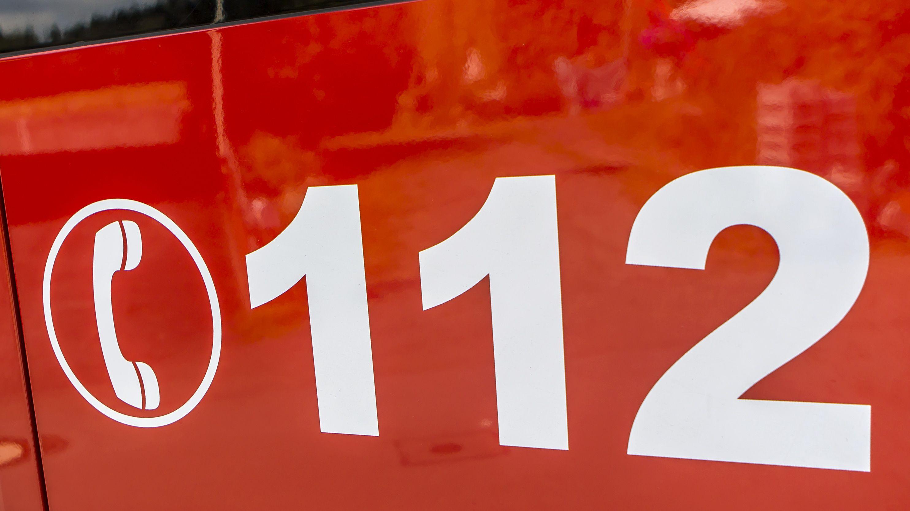 Die Notrufnummer 112 auf einem Feuerwehrfarzeug (Archivbild)