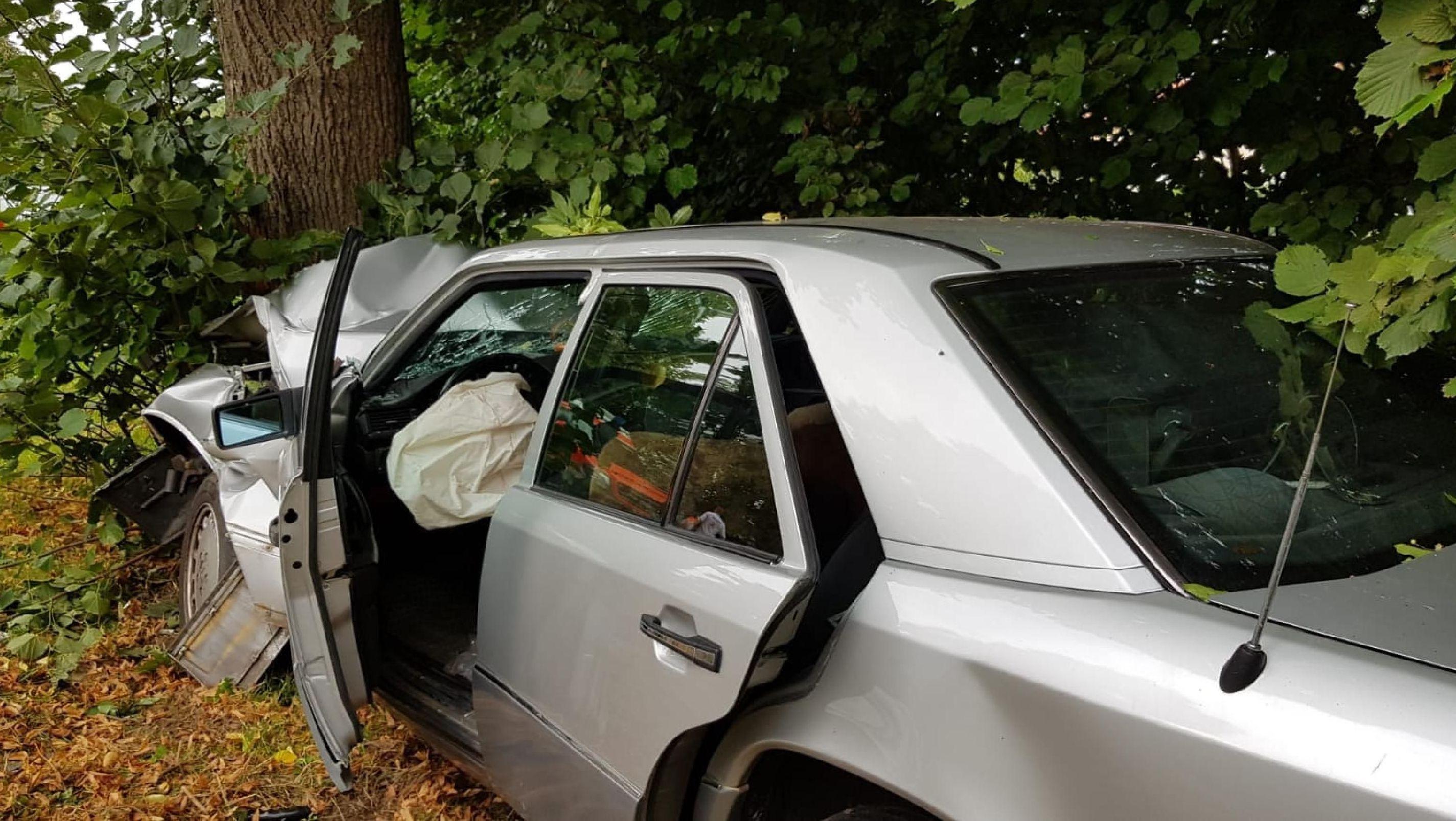 Der Mercedes prallte gegen einen Baum