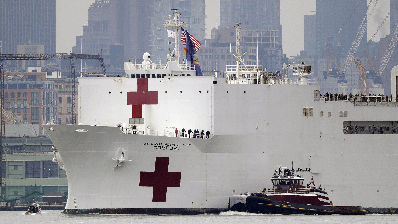 """Das Lazarettschiff """"USNS Comfort"""" der US-amerikanischen Marine kommt im Hafen von New York an. Es ist zur Entlastung der Krankenhäuser gedacht."""