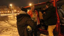 Vor dem Kältebus steht ein Obdachloser und zwei Mitarbeiter   Bild:Förderverein Wärmestube Augsburg