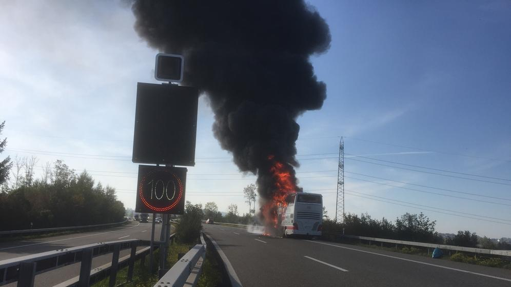 Auf der Autobahn A1 in der Schweiz steht ein IC-Bus der Deutschen Bahn in Flammen | Bild:Kantonspolizei St. Gallen