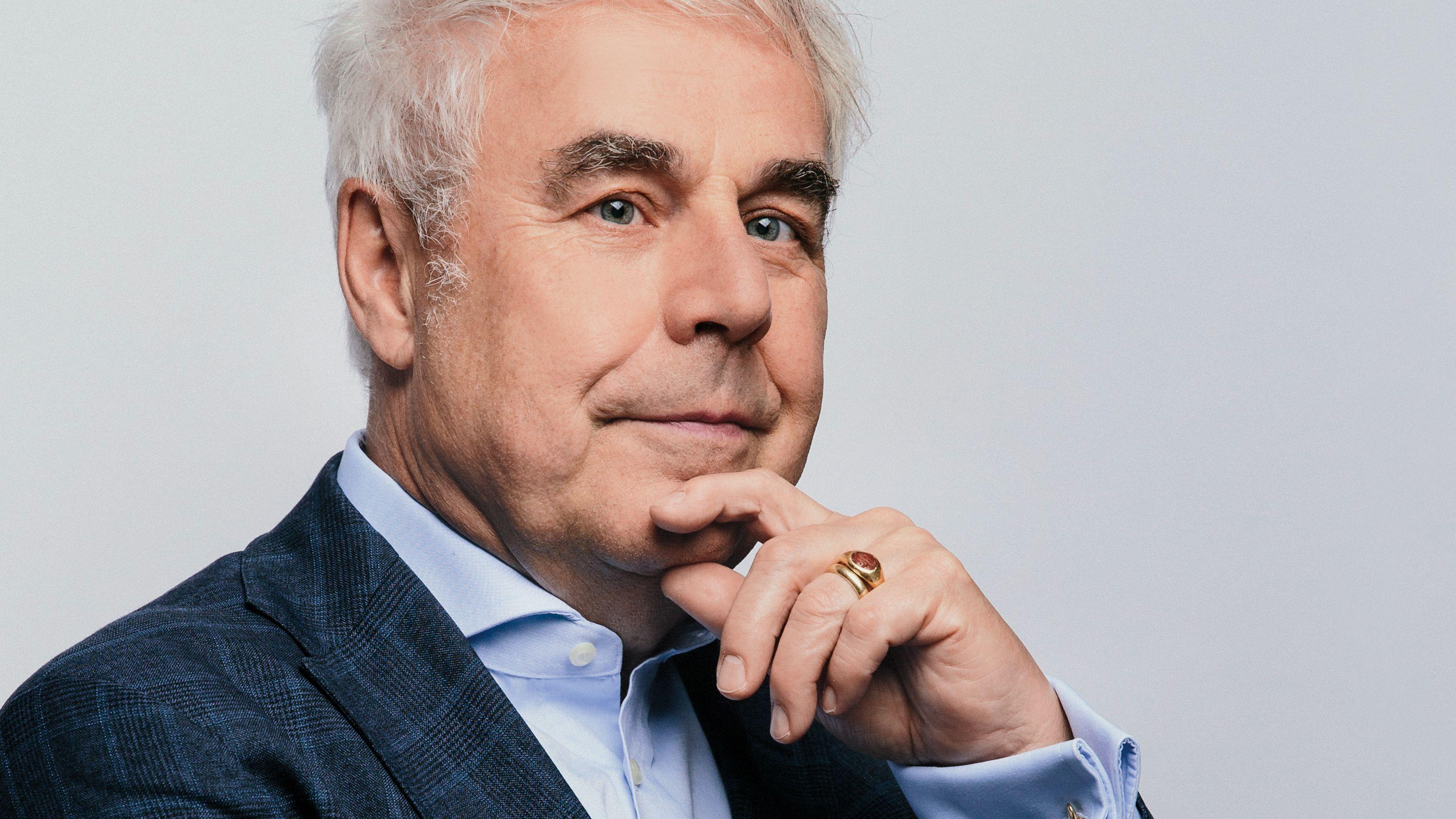 Theaterkritiker und Autor C. Bernd Sucher blickt in die Kamera