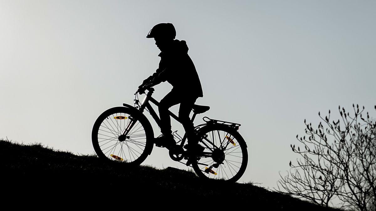 Ein Junge fährt auf einem Fahrrad (Symbolbild).