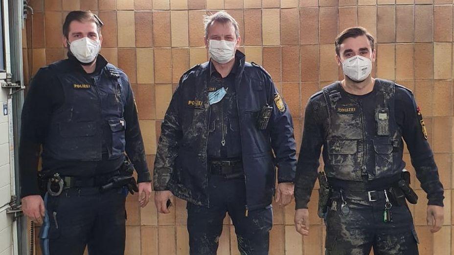 Stark verschmutzt zeigen sich drei Beamte der Polizei auf einem Foto, nachdem sie bei Lichtenfels eine Frau aus dem Morast befreit haben.