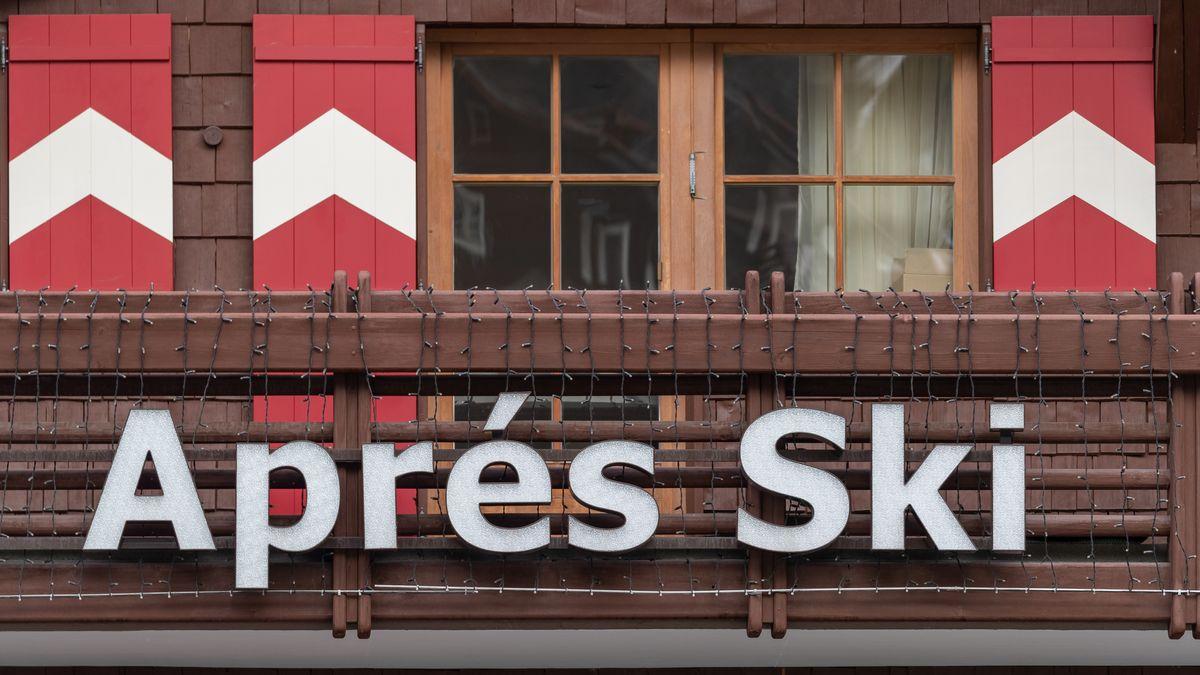"""Der Schriftzug """"Aprés Ski"""" an einem Balkon in Ischgl"""
