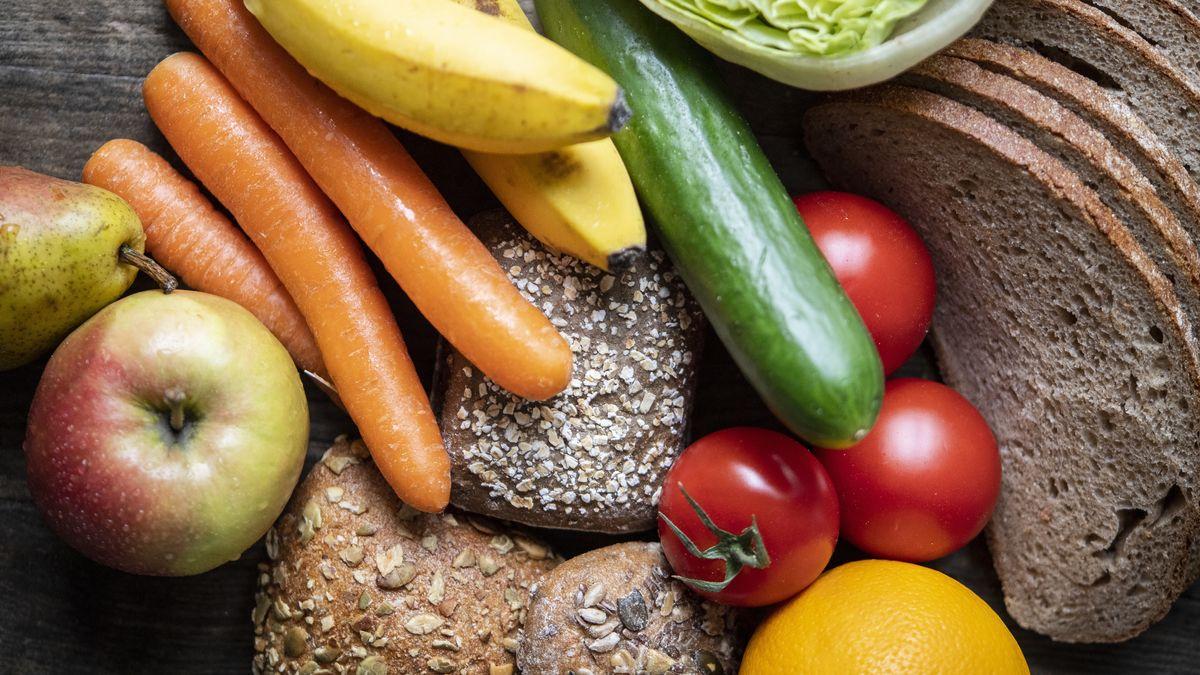 Obst, Gemüse und Vollkornprodukte liegen auf einem Tisch
