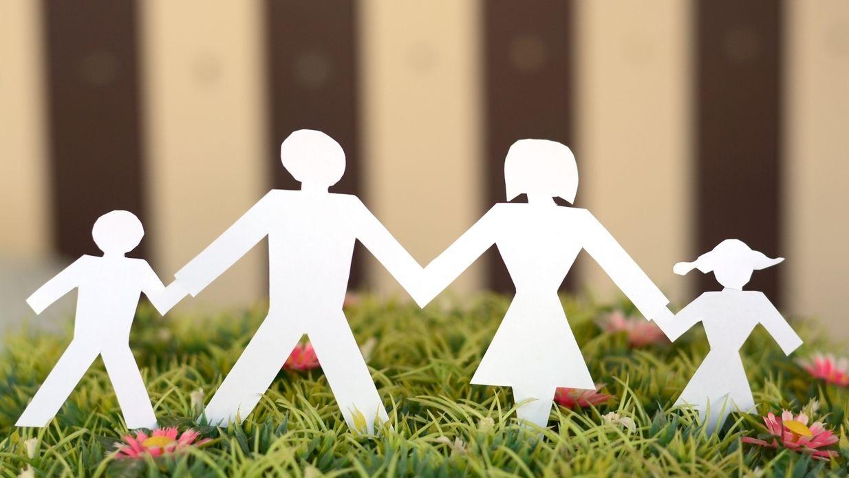 Symbolbild: Familie im Papierschnitt auf Wiese