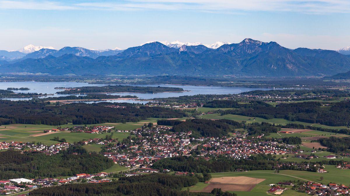 Luftaufnahme von Bad Endorf, im Hintergrund der Chiemsee und die Chiemgauer Alpen.