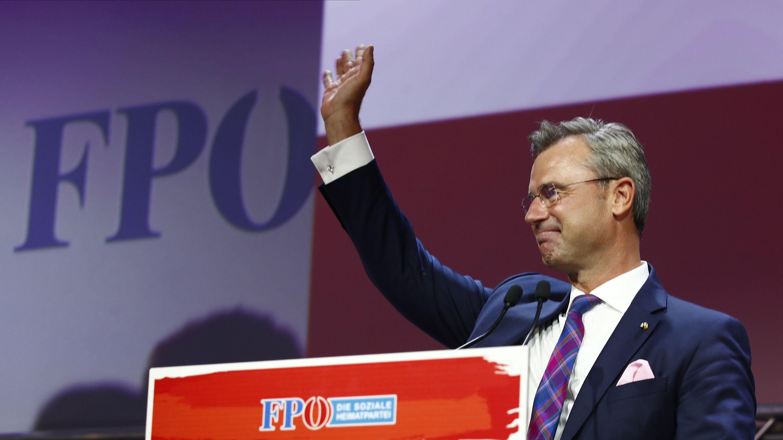 Norbert Hofer,  Vorsitzender der FPÖ, winkt während des 33. ordentlichen Bundesparteitags der FPÖ. (Archivbild)