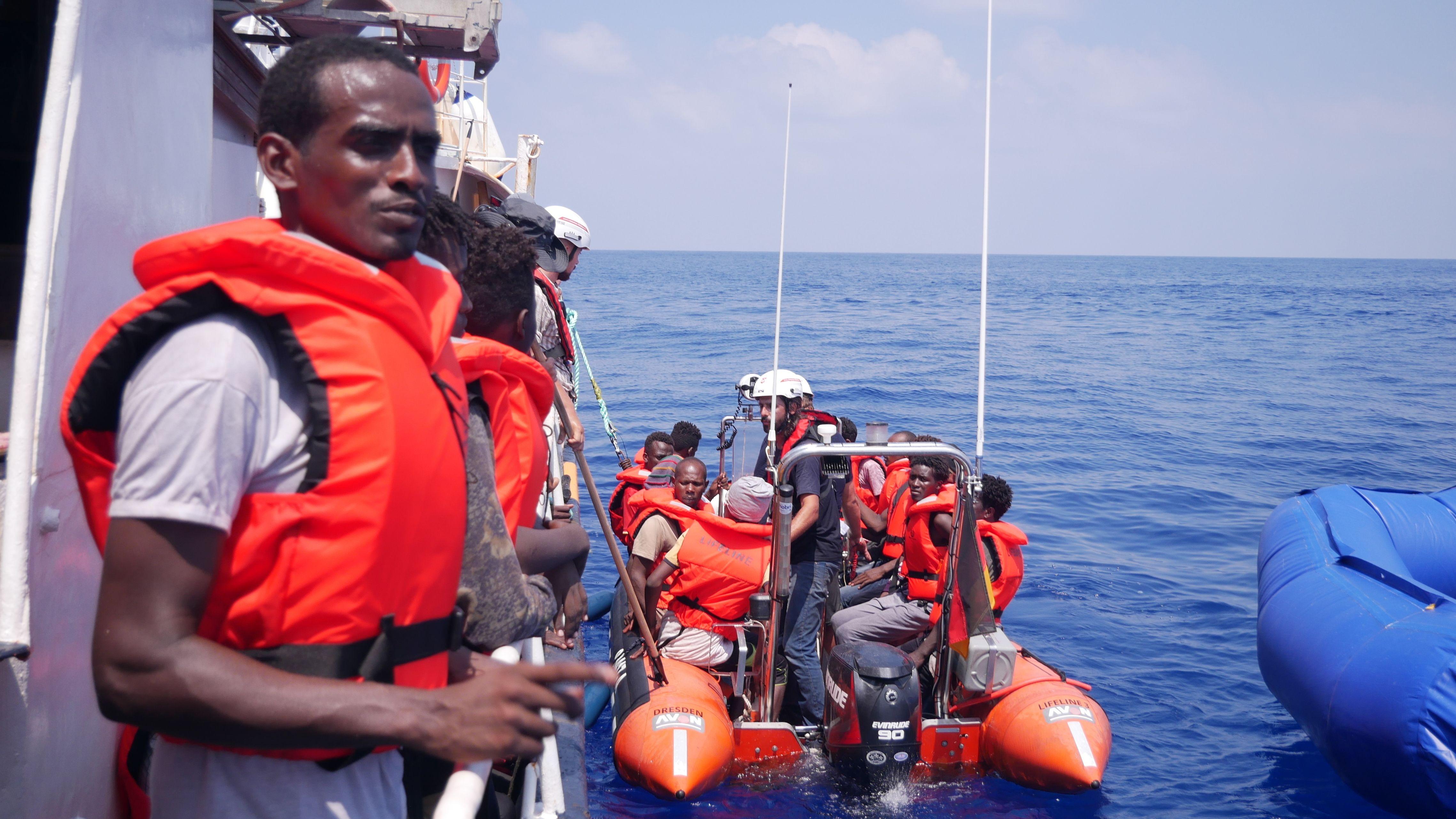 """Das deutsche Rettungsschiff """"Eleonore"""" nahm am Montag rund 100 Migranten nahe Libyen auf."""
