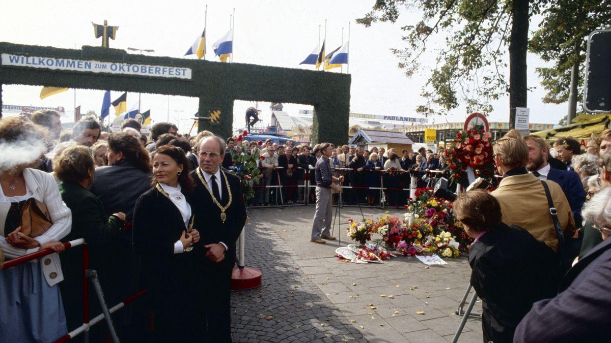 An der Gedenkstätte für das Oktoberfestattentat in München wird ein Kranz niedergelegt.