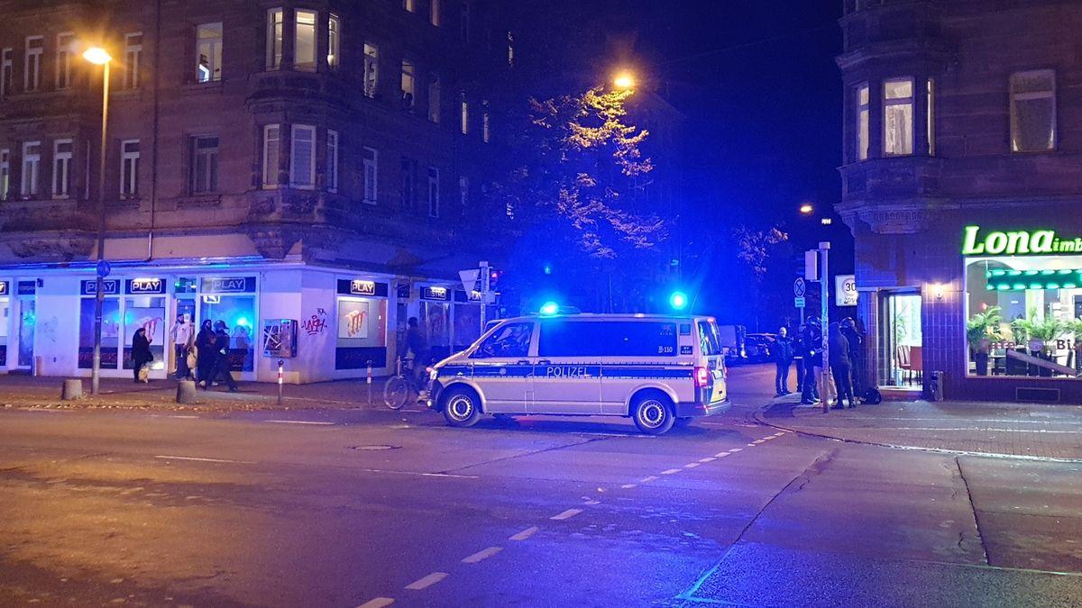 Einsatzfahrzeug der Polizei im Nürnberger Stadtteil Gostenhof