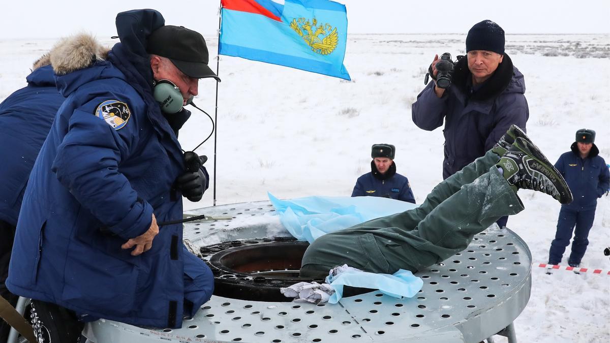 Ein Mitglied des Bergungsteams beugt sich tief in die Sojuskapsel, um einen Astronauten herauszuziehen. Der letzte Astronaut, der nach der Landung der Sojus-Raumkapsel am 20. Dezember 2018 in Kasachstan aus der Landekapsel geborgen wird, ist der deutsche Astronaut Alexander Gerst.