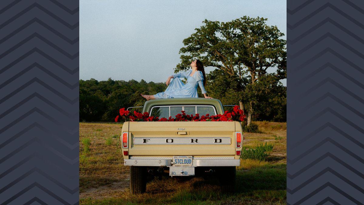 Cover mit Pick-Up und einer Frau im hellblauen Kleid auf dem Autodach