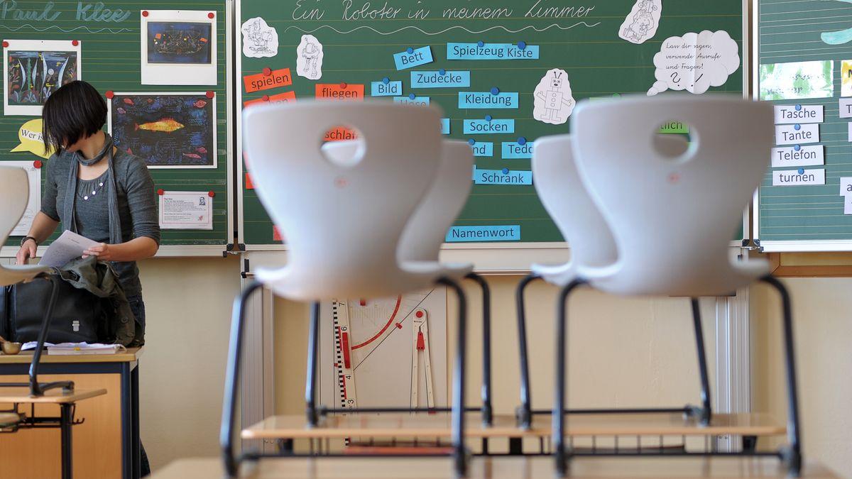 Grundschullehrerin im Klassenzimmer (Symbolbild)