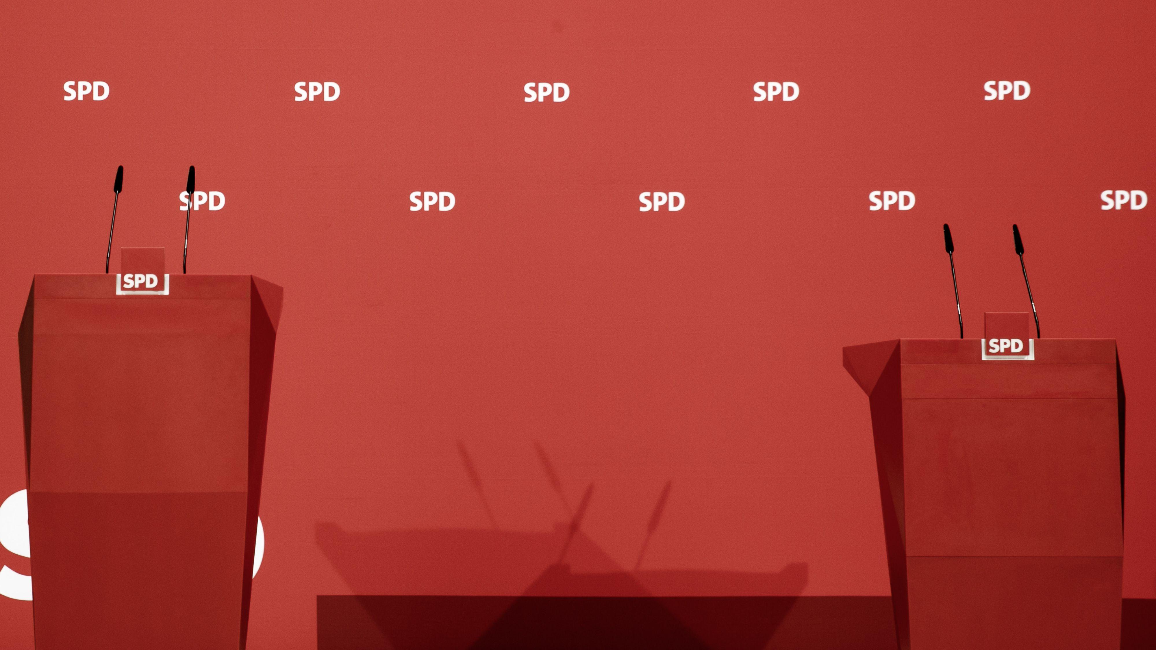 Rednerpulte im Willy-Brandt-Haus, dem Sitz der SPD.