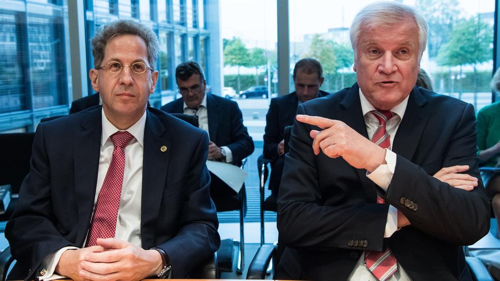 Archivbild: Horst Seehofer (r.) und Hans-Georg Maaßen (l.) am 24.7.2018 | Bild:dpa Bildfunk