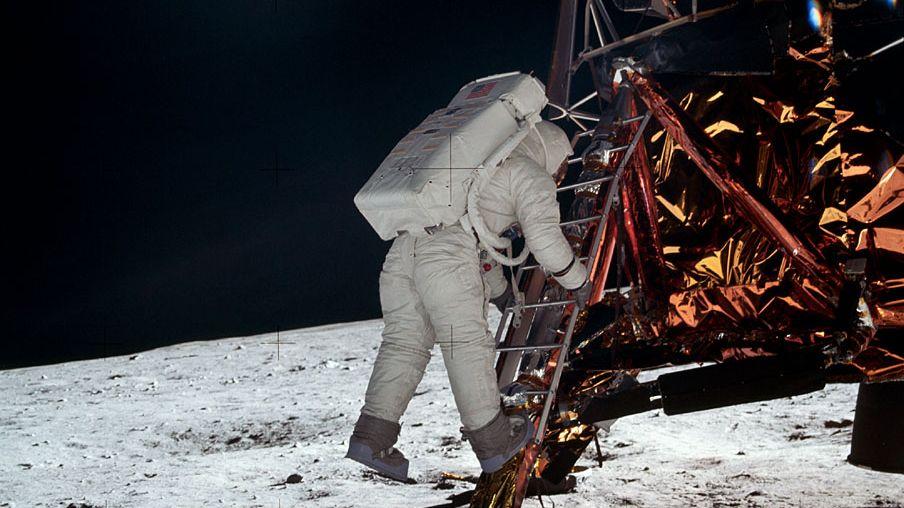 Als Neil Armstrong bei der ersten Mondlandung den Mond betrat, war natürlich niemand da, der ihn dabei fotografieren konnte.