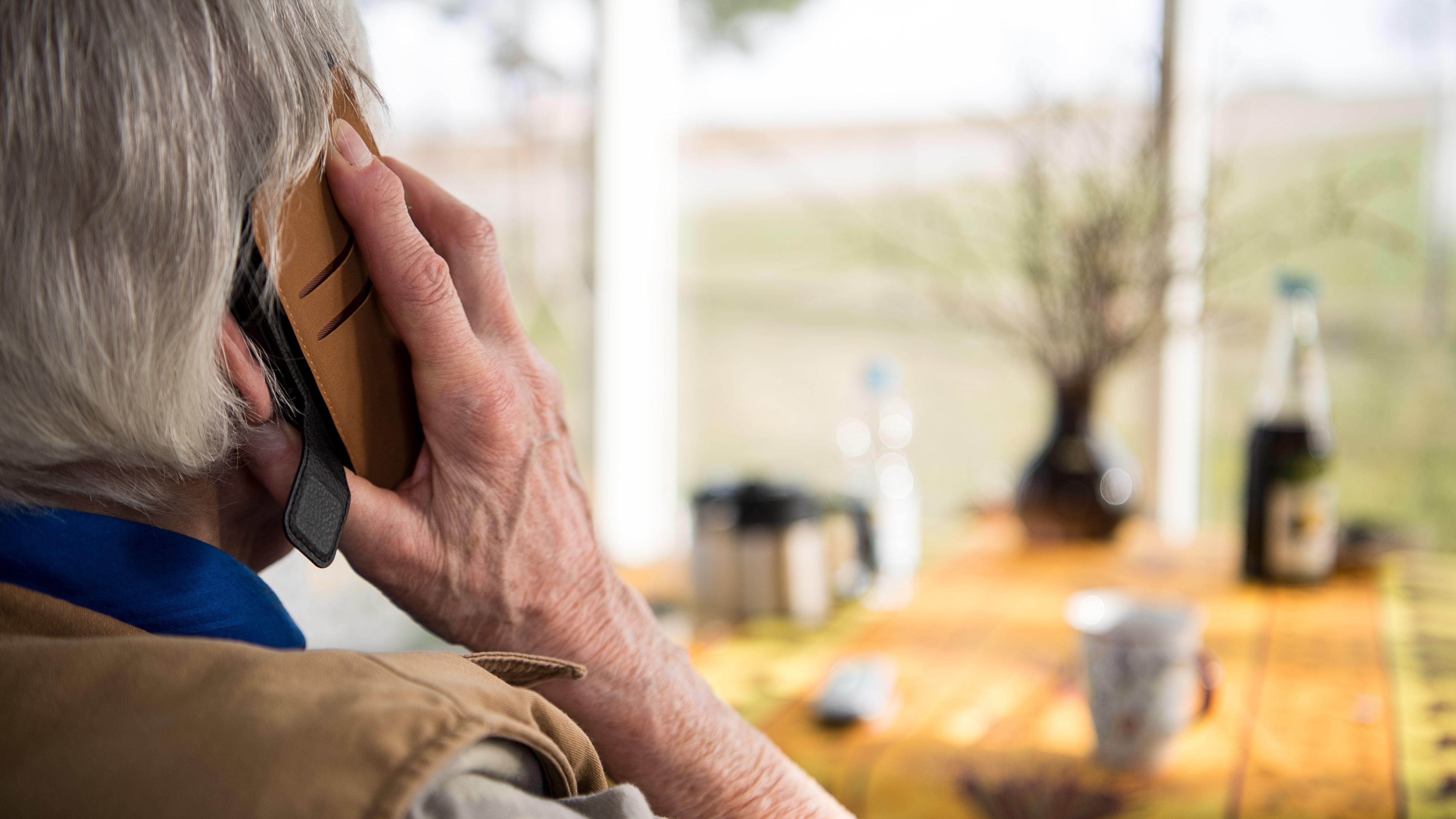 Eine ältere Dame beim Telefonieren (Symbolbild).