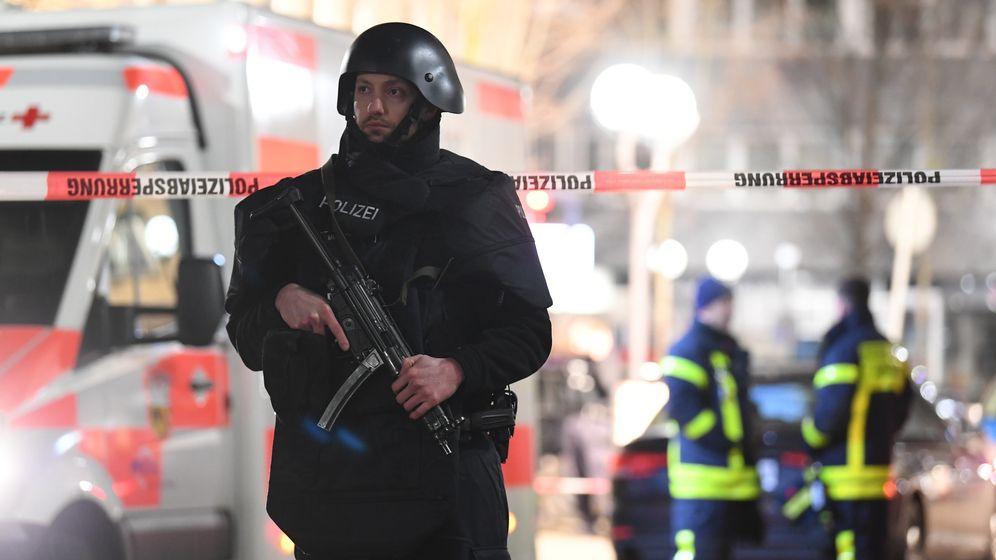 Nach dem Anschlag in Hanau sind am 20.2.20 Polizei und Rettungskräfte sind im Stadtteil Heumarkt im Einsatz. | Bild:dpa-Bildfunk