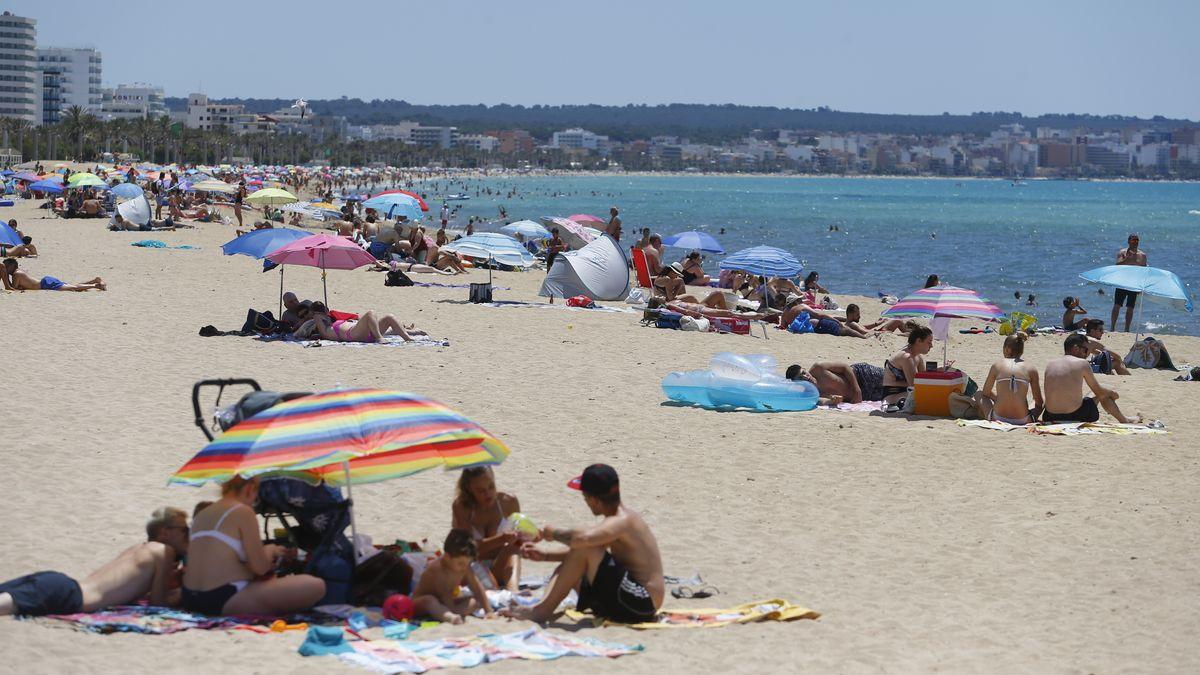 Spanien, Palma de Mallorca, 21.6.2020: Menschen genießen die Sonne am Strand von El Arenal.