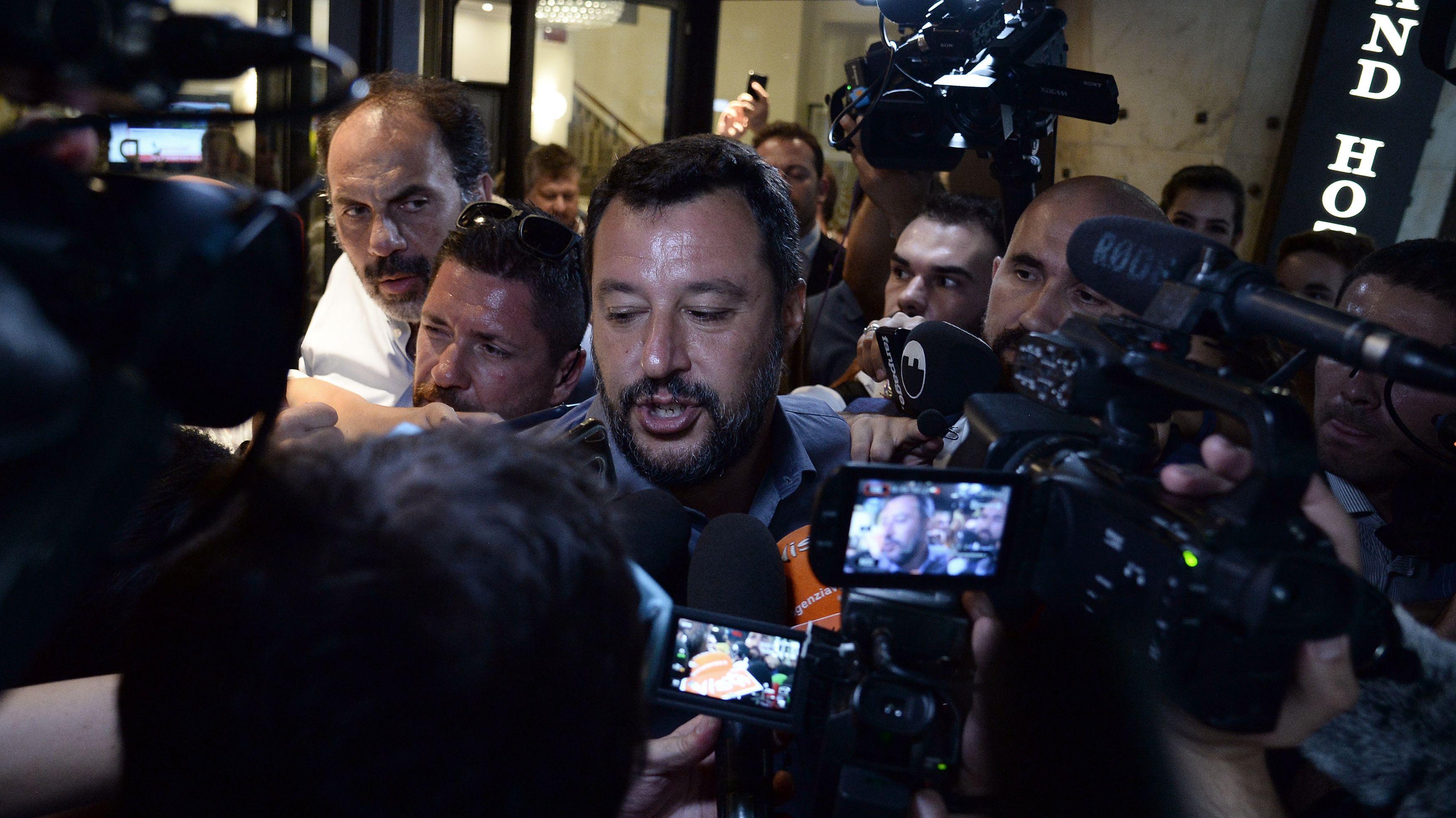 Matteo Salvini, umringt von Pressevertretern