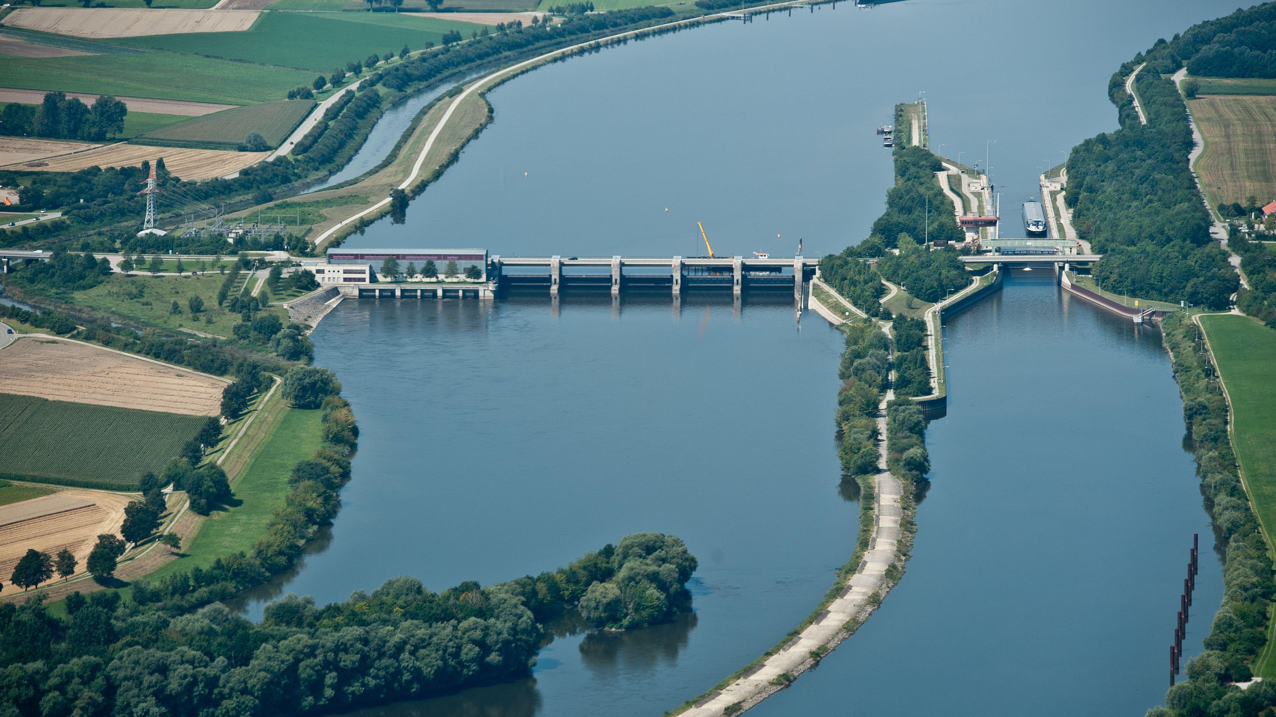 Die Donau-Schleuse bei Straubing. Von dort bis zum hafen Straubing-Sand ist der Schiffverkehr voraussichtlich bis Freitag gesperrt.