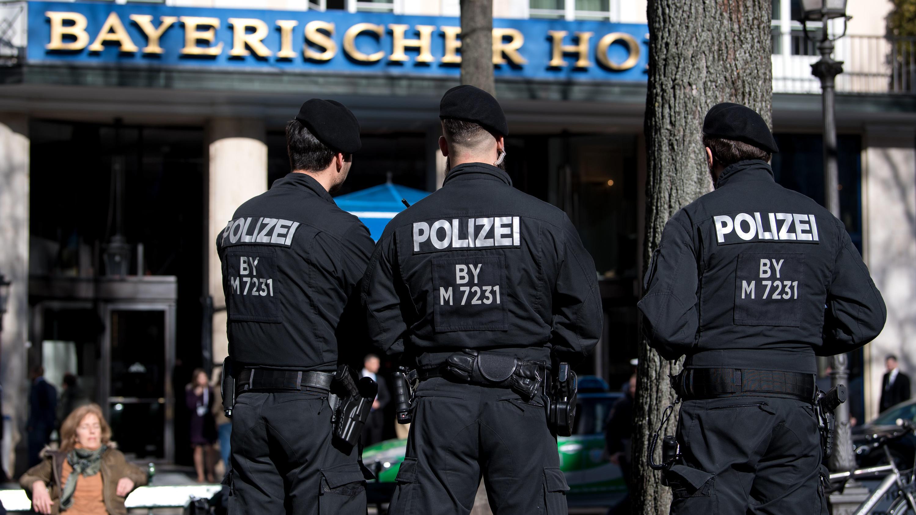 """Polizisten stehen vor dem Hotel """"Bayerischer Hof"""". Vom 15.-17.02.2019 findet in dem Hotel die 55. Münchner Sicherheitskonferenz statt"""