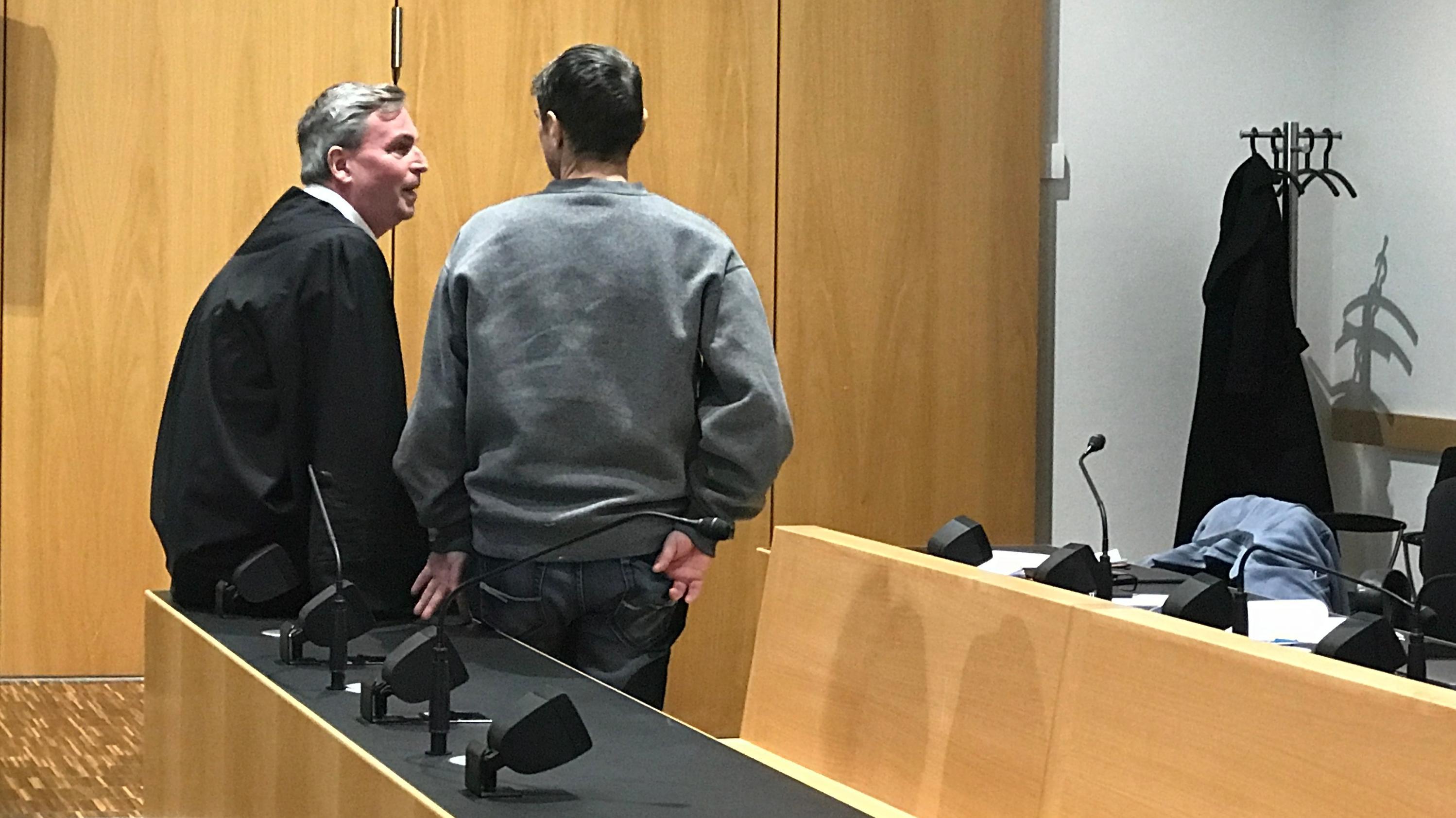 Der Angeklagte mit seinem Anwalt im Gerichtssaal