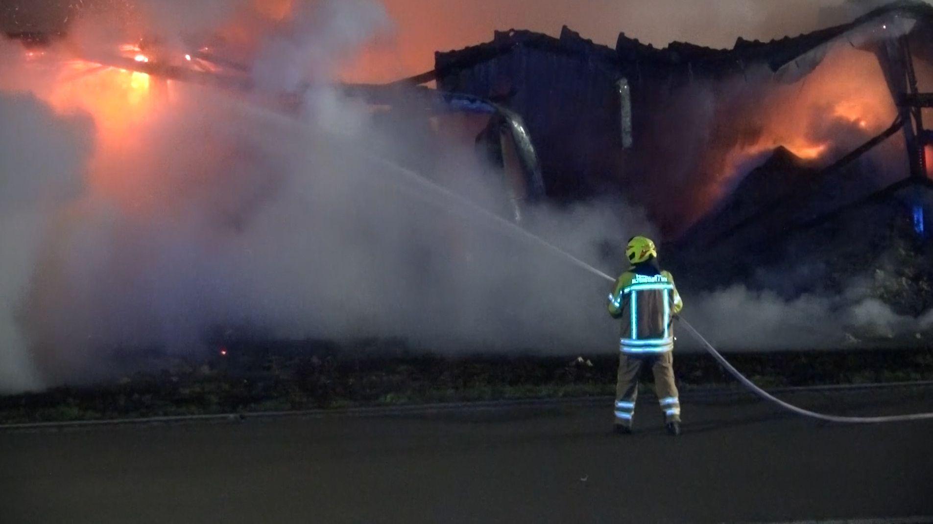 Die Feuerwehr musste in Parkstein eine Lagerhalle löschen. Es entstand eine massive Hitze- und Rauchentwicklung.