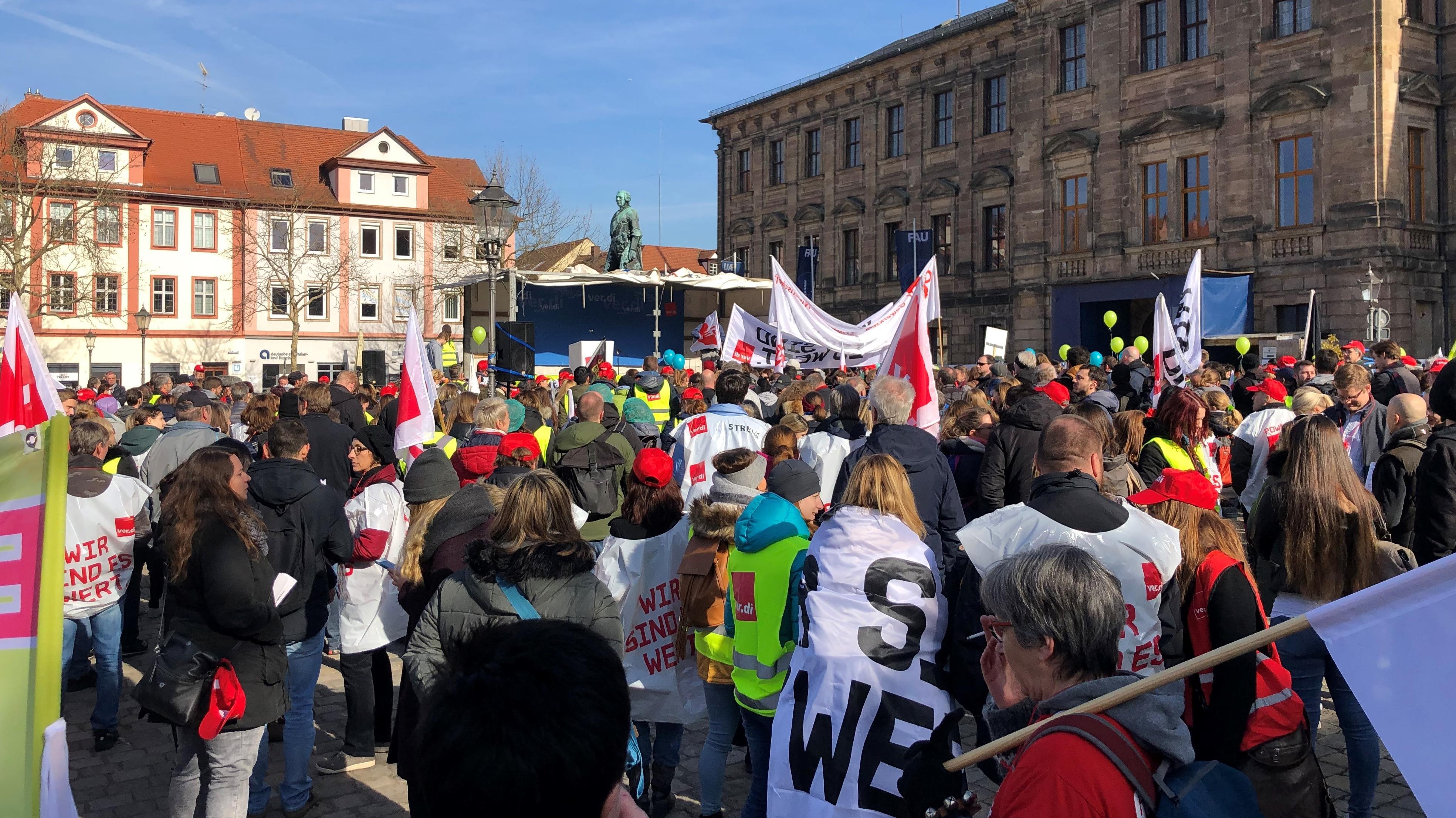 Warnstreik des öffentlichen Dienstes in Erlangen mit Kundgebung auf dem Schlossplatz.