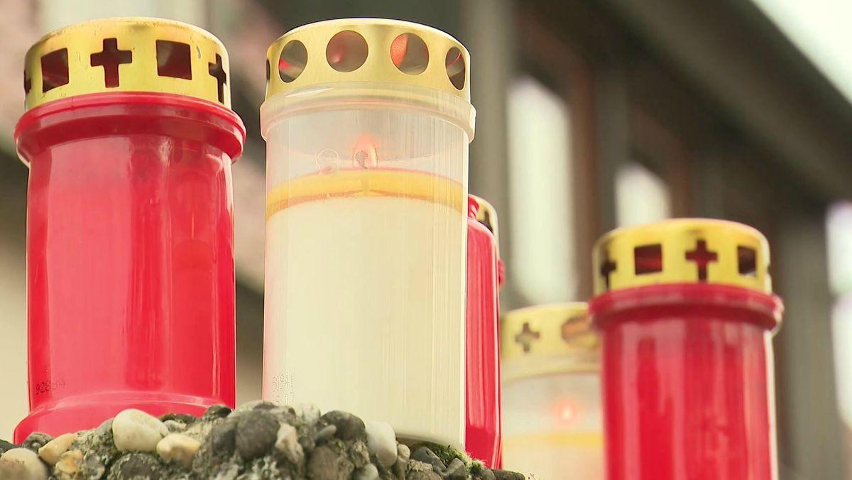 Kerzen für die beiden Opfer, die in Nürnberg-Gebersdorf getötet wurden.