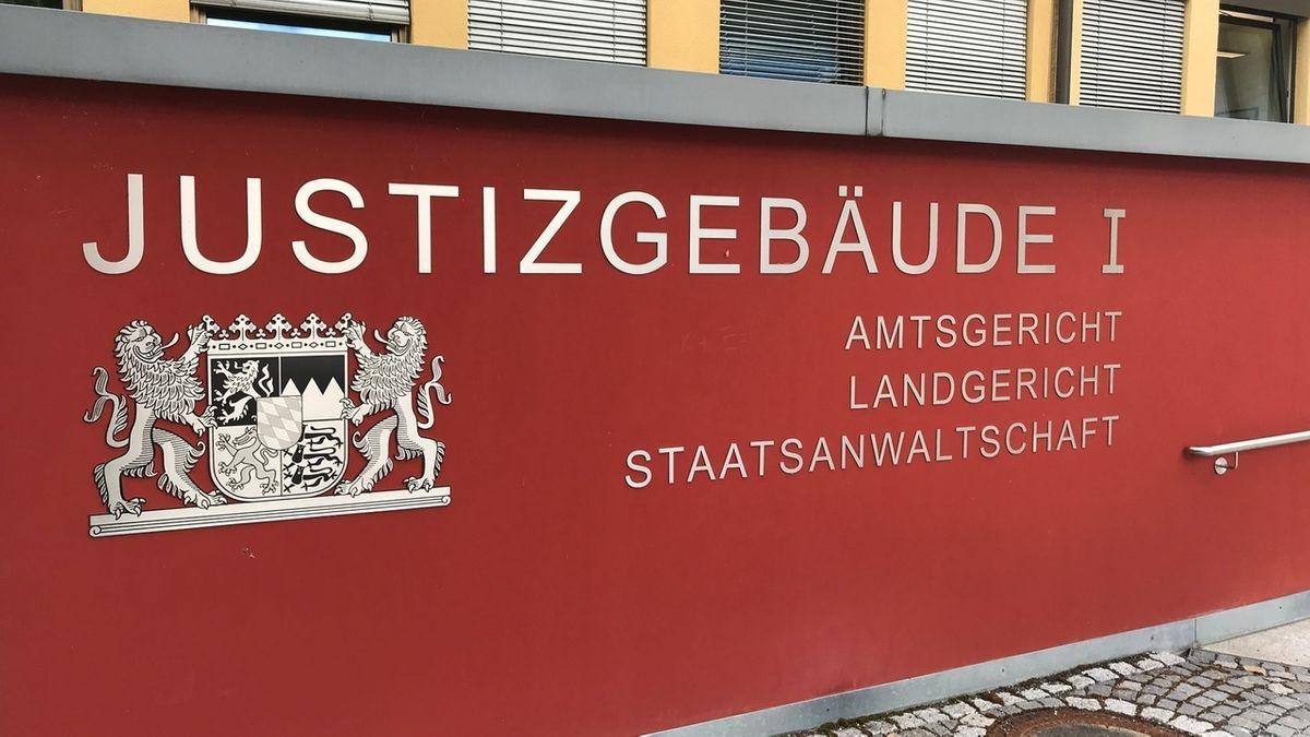 Beschilderung am Justizgebäude in Coburg mit dem Hinweis auf Amtsgericht, Landgericht und Staatsanwaltschaft.