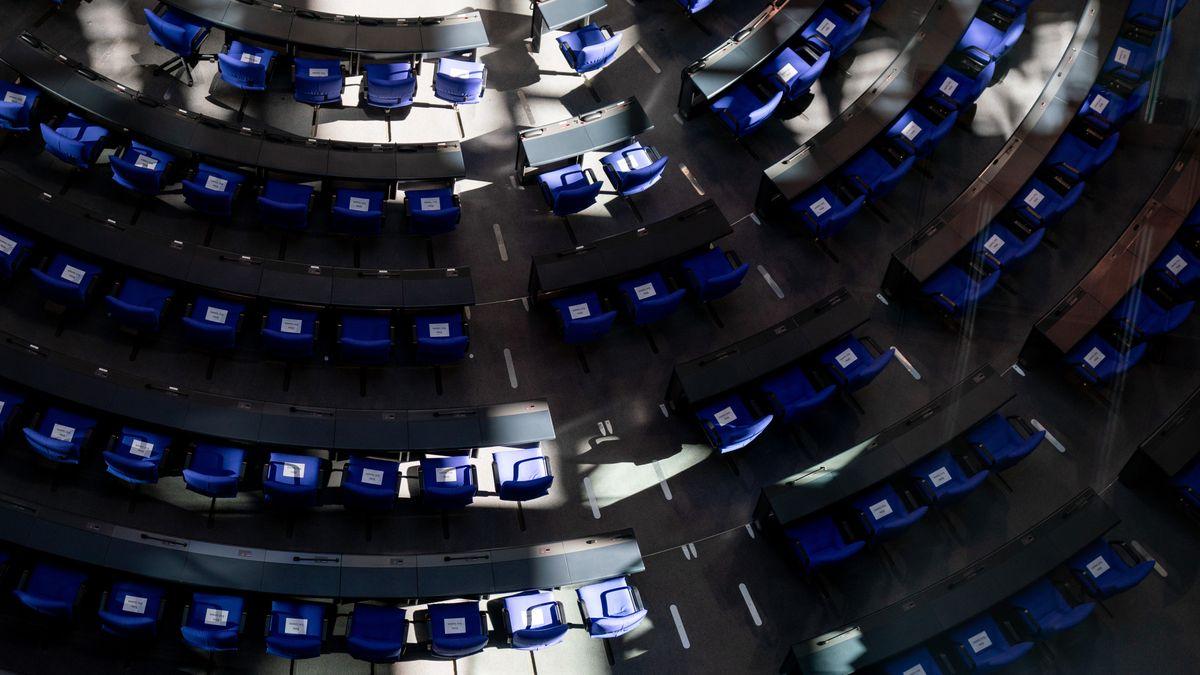 Ein Schattenspiel zeichnet sich im Plenum des Bundestags zu Beginn der Sitzungswoche ab.