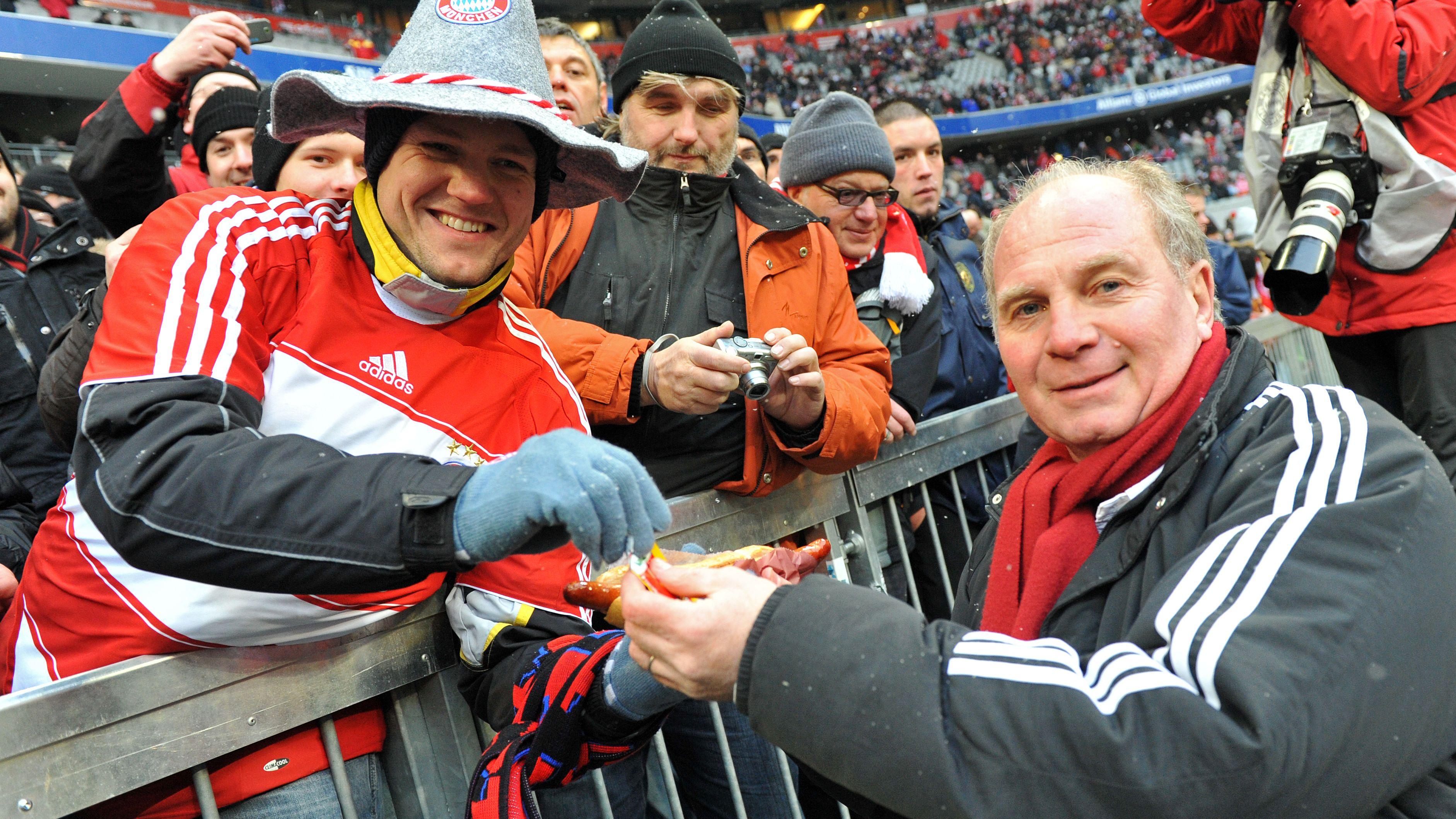 Anlässlich einer verlorenen Wette verschenkte Uli Hoeneß 2009 Bratwürste in der Münchner Arena