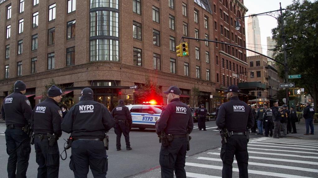 New Yorker Polizisten stehen in der Wohngegend des Schauspielers Robert de Niro in New York.