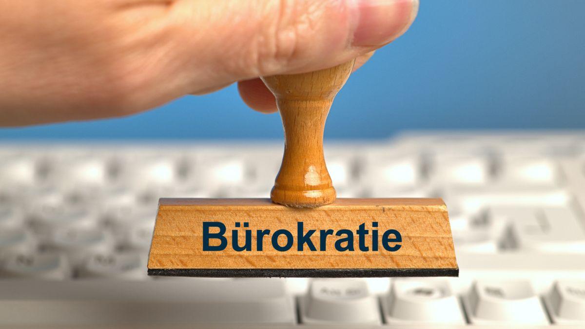 Ein Stempel mit der Aufschrift Bürokratie über einer Computertastatur