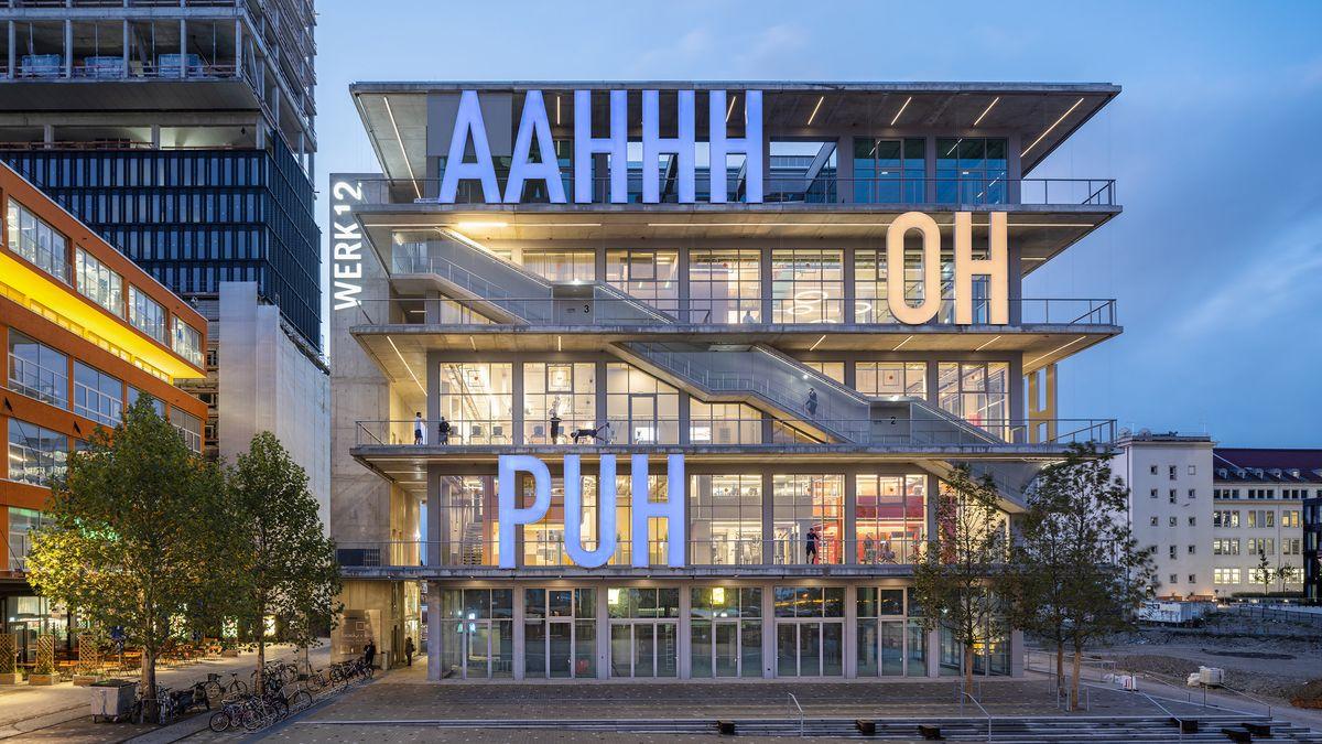 """Preisgekröntes Gebäude """"Werk 12"""" in München,  mit Aufschriften """"AAHHH"""", """"OH"""", """"PUH"""""""