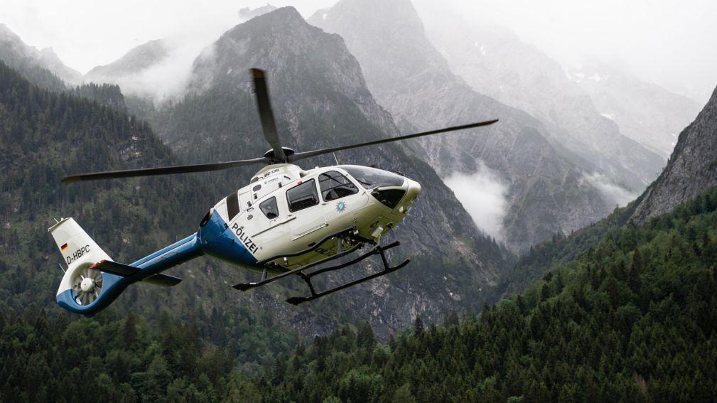 Ein Hubschrauber der Polizei im Einsatz in den Bergen (Symbolbild)