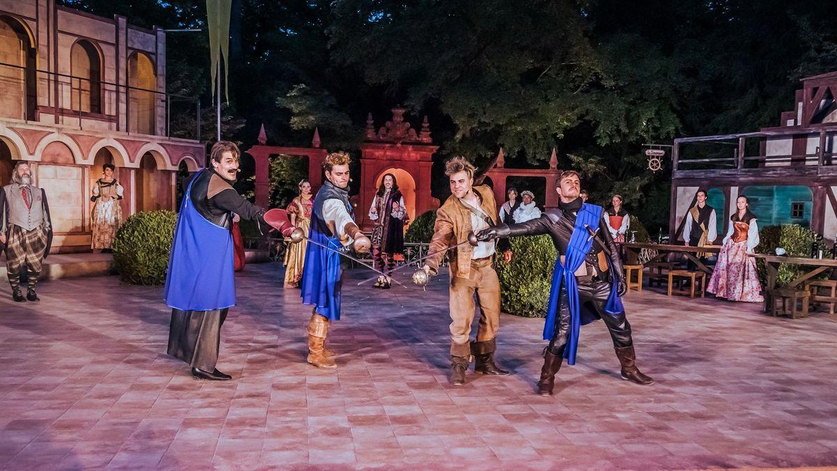 """Eine Probenszene aus dem Klassiker """"Die drei Musketiere"""": Vier Schauspieler stehen in Kostümen auf der Bühne und kreuzen ihre Schwerter."""
